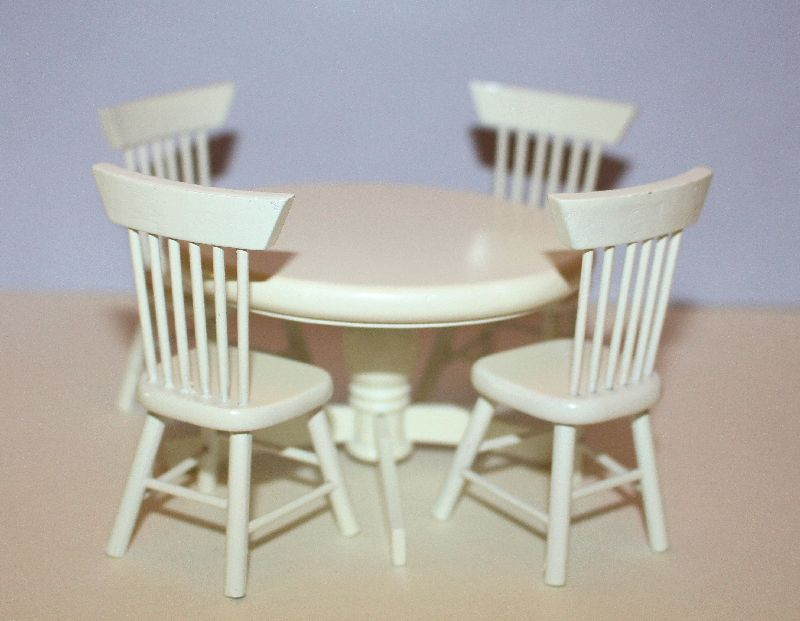 Round table and chairs, white