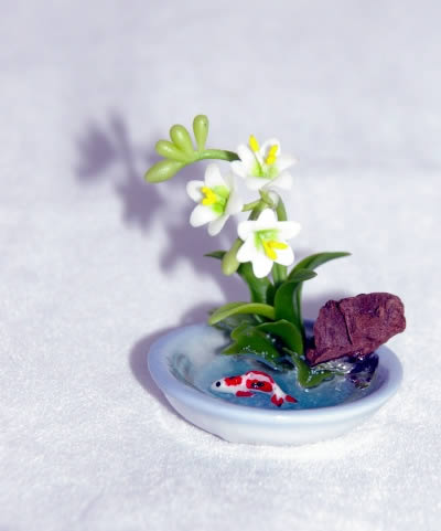 Indoor fish bowl with flower arangement