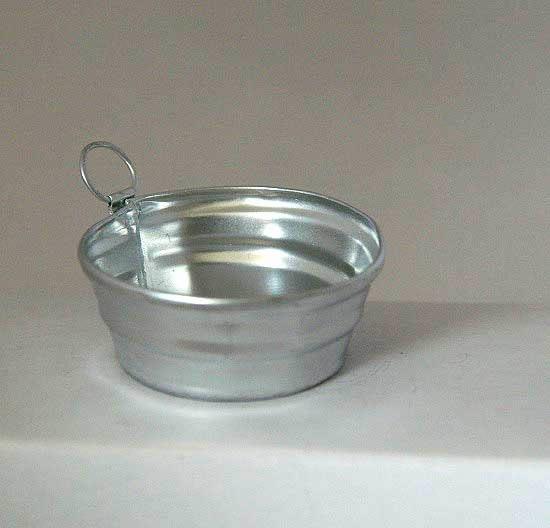 Round tin dish